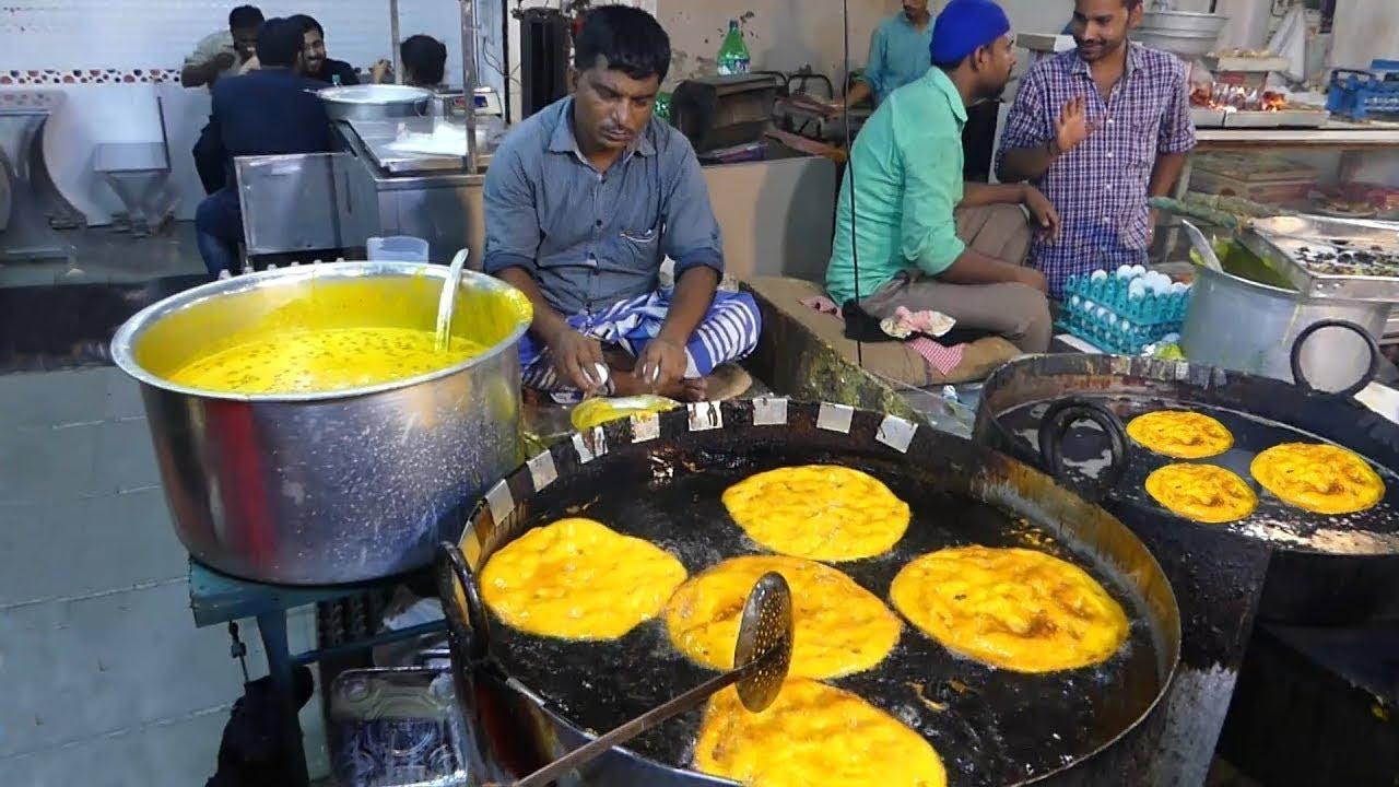 印度街头美食,油炸大饼,一锅油一罐蛋坯,金黄酥脆,油香四溢!