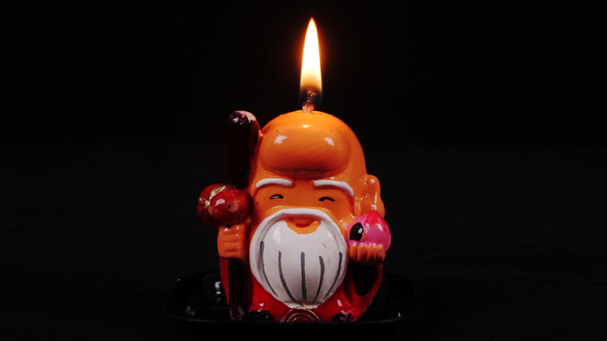 【延时摄影】小老头蜡烛燃烧全过程,两小时后你还认得出是个人吗
