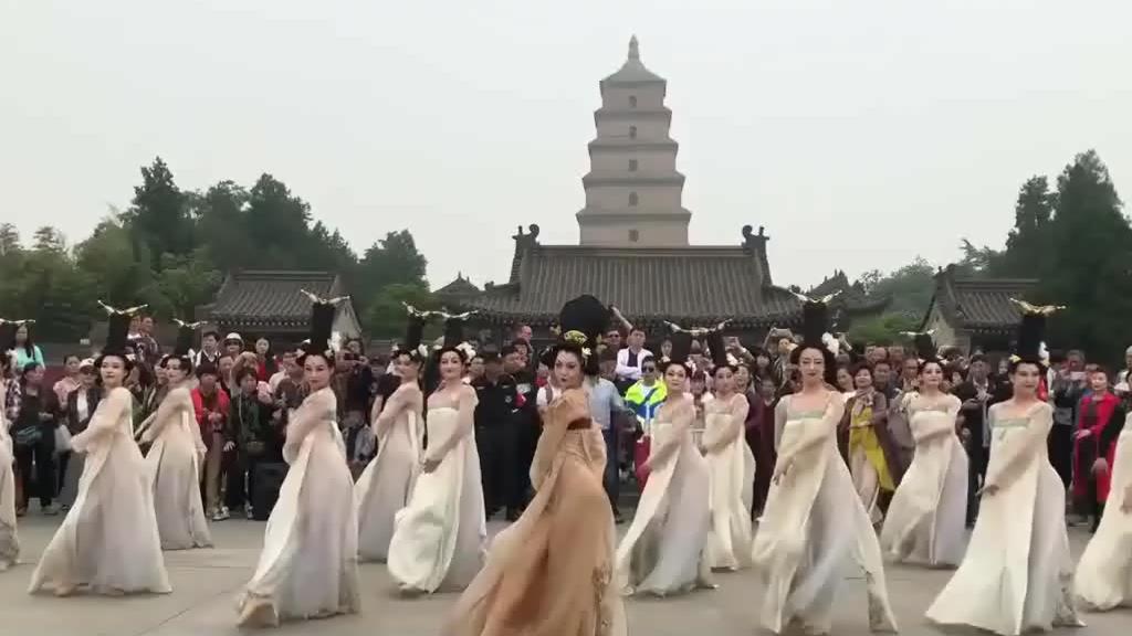"""爆火网络的""""丽人行""""穿唐服在景点跳舞,太惊艳了!"""