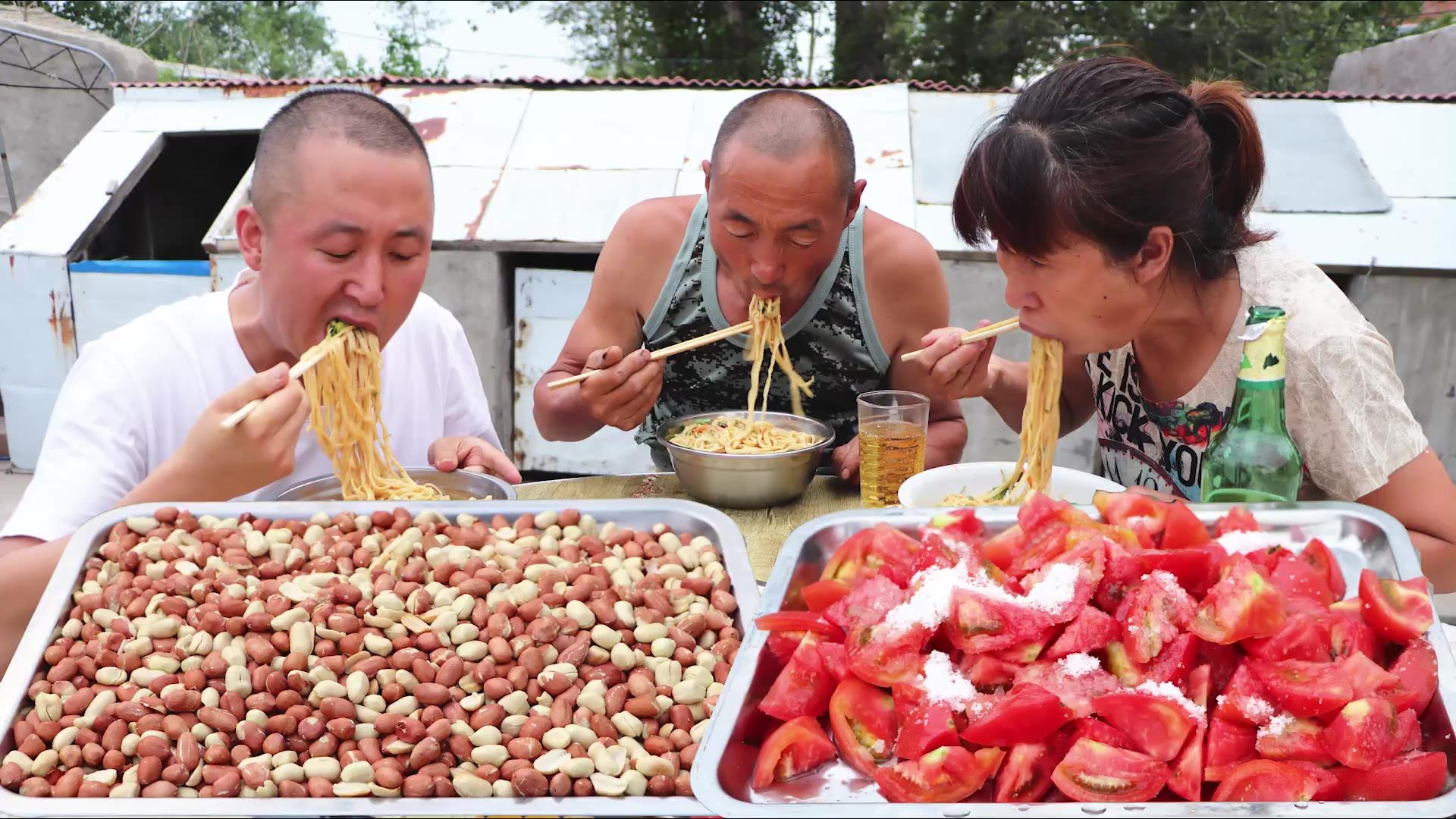 大彭做下酒菜,盐爆花生米和糖拌柿子,再吃一盆凉拌面,痛快