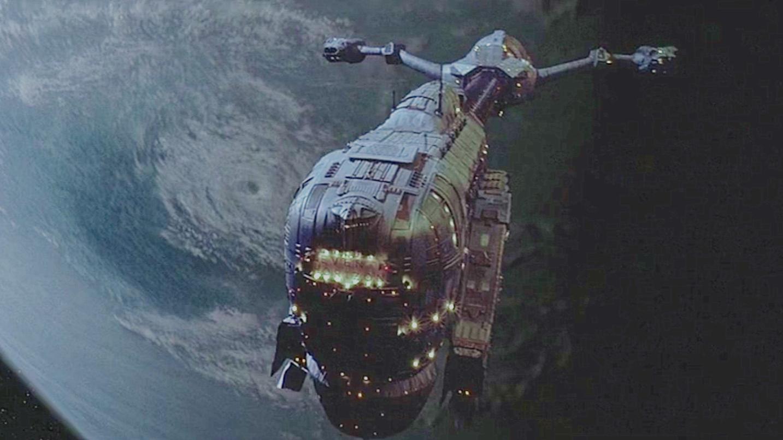 飞船意外冲出了宇宙,被外太空生物寄生,回来时还拥有了生命!