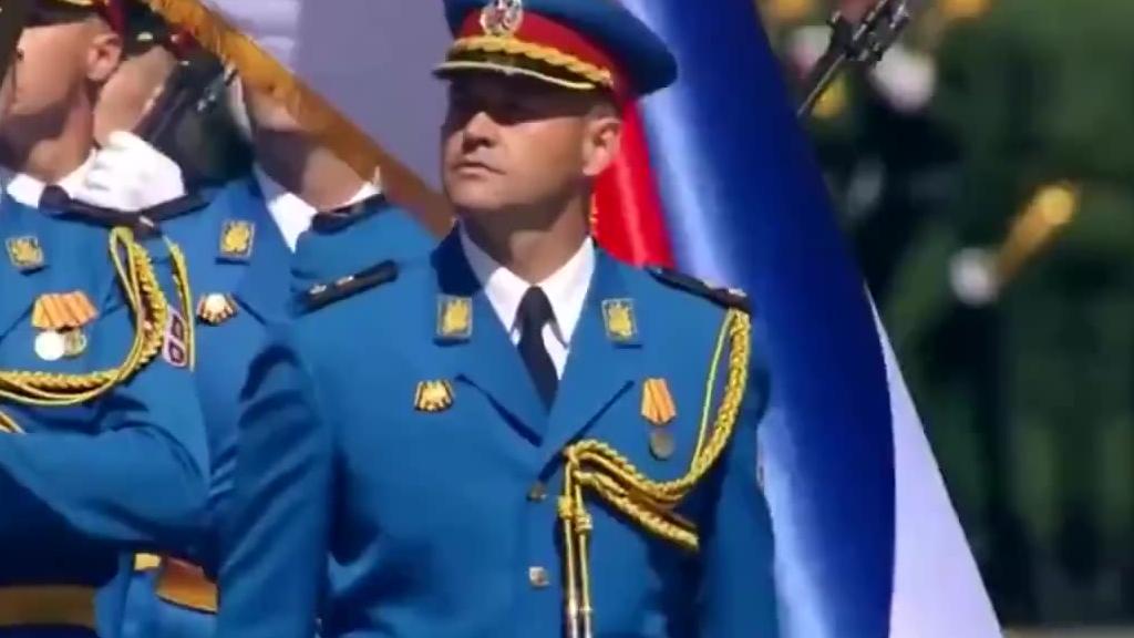 俄罗斯红场阅兵,塞尔维亚共和国仪仗队出现一刻,总统武契奇向他们表示敬意