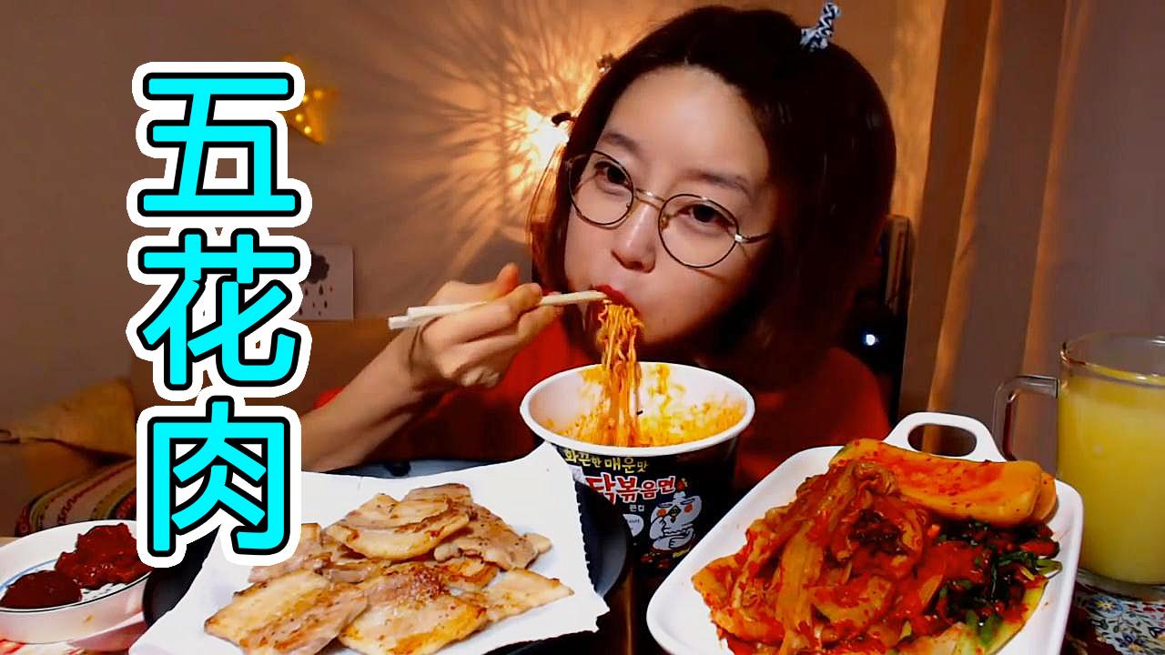 火鸡拌面配五花肉、扇贝鱼虾酱和葱泡菜才过瘾,好好享受吧!