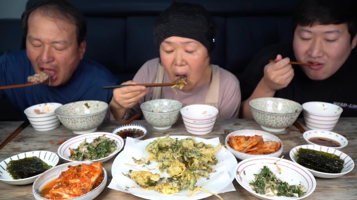 妈妈亲自挖的荠菜制成的美味大酱汤和凉拌荠菜!吃得格外享受!