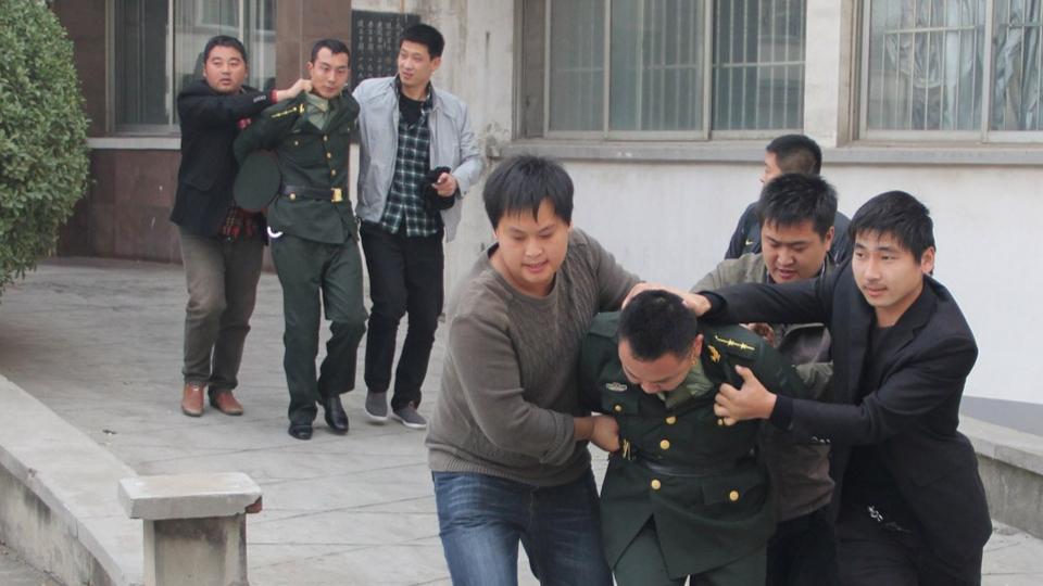 猖狂至极!农民冒充中央密使硬闯警局劫狱,叫嚣调军队来对付警察