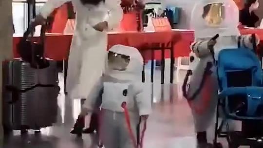 这俩宇航员应该是刚下飞船吧[兔子]