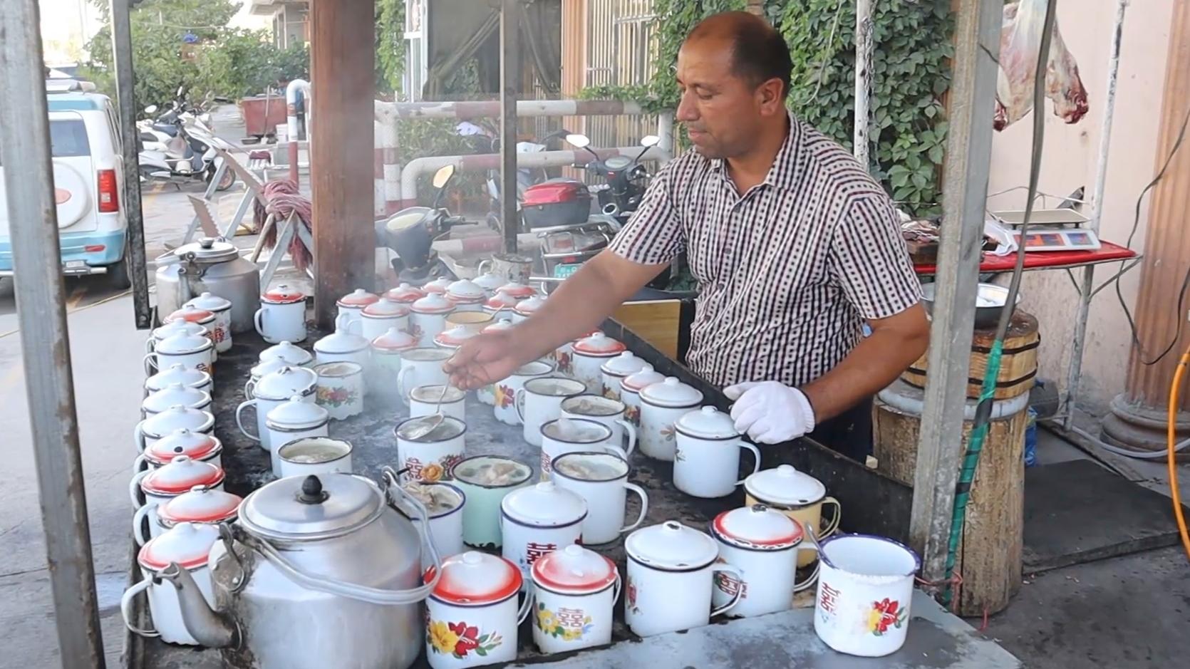 新疆美食:流传半个世纪的缸子肉,肉烂汤鲜,和窝窝馕绝配!
