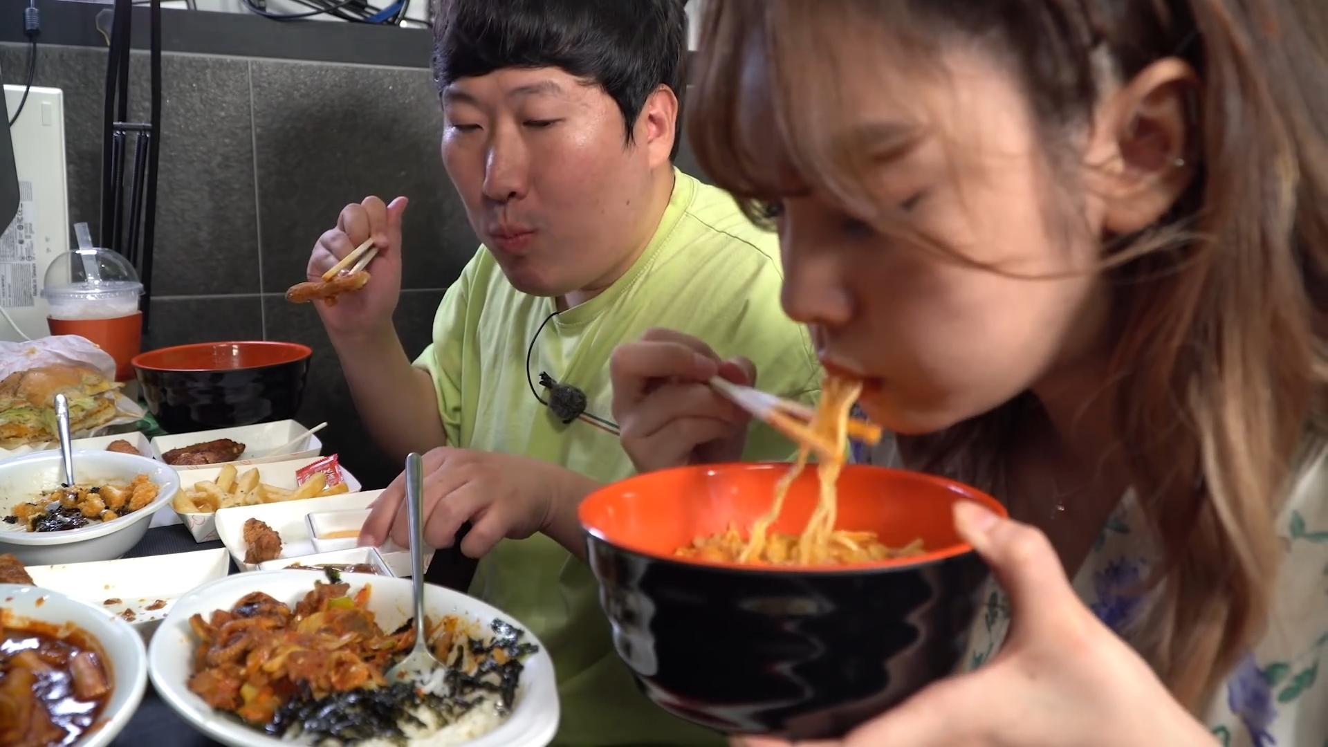 和美女一起吃网吧的各种美食!美女朋友亲自下厨做的炸鸡超好吃~
