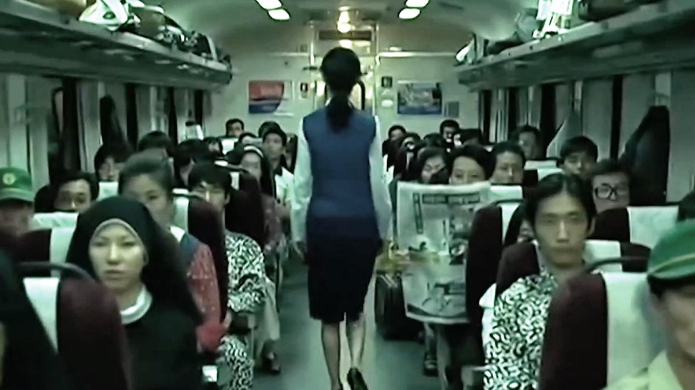 乘务员从厕所回来,发现乘客全都变了样,报纸日期也变成了16年前