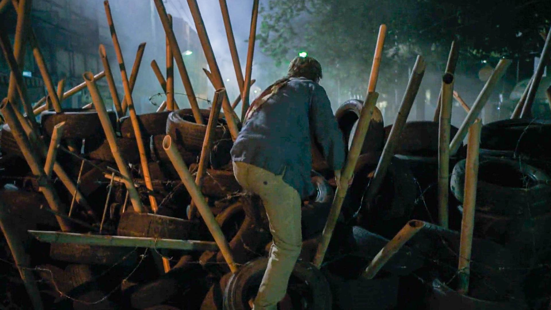 城市发生可怕灾难,男子翻过一堵墙,却被对面的景象给吓到了