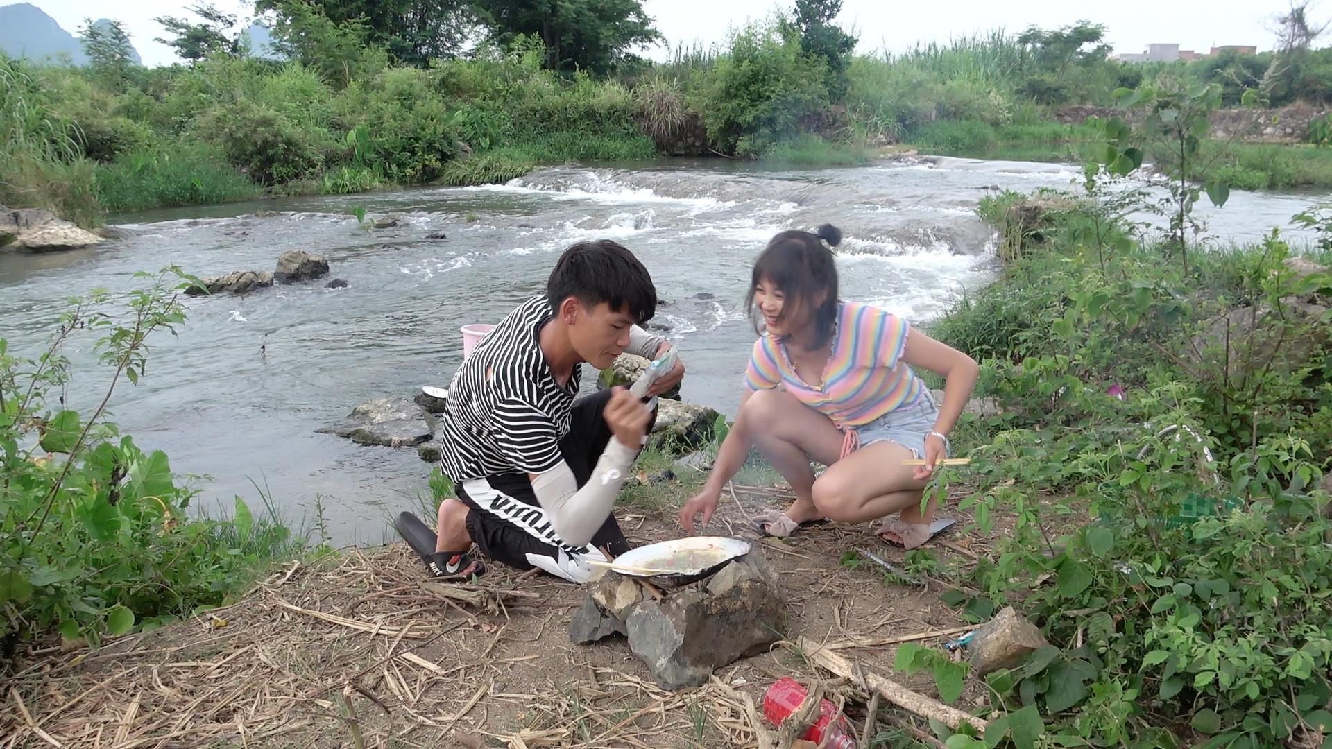 河蚌还是这样吃最爽,俩人吃得津津有味,太过瘾了