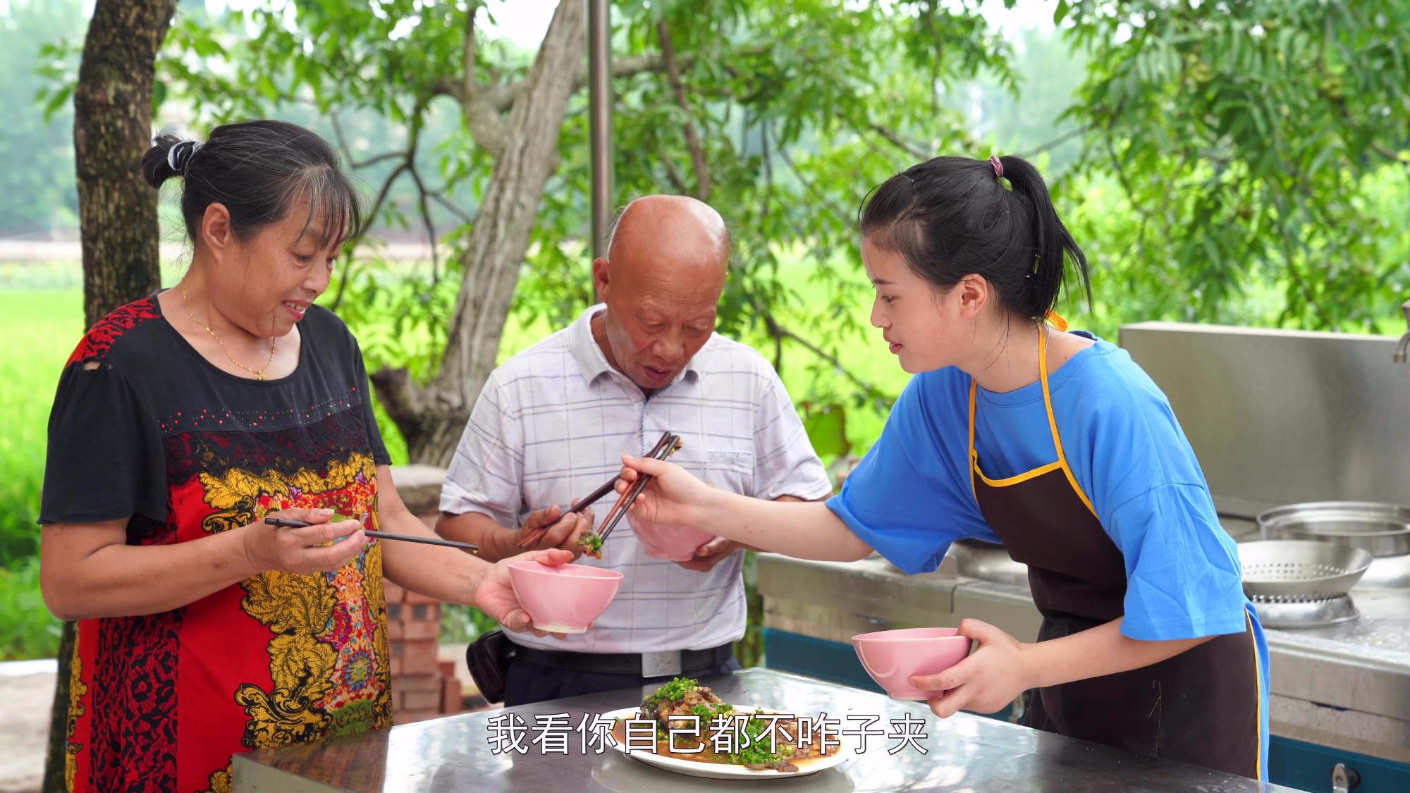 漆二娃vlog:红烧鲤鱼肉嫩味鲜,四伯爷说这是最美的一道菜