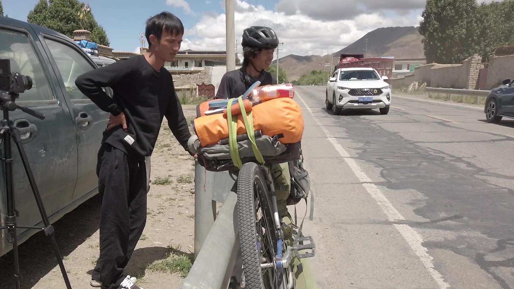 318川藏线偶遇00后小伙骑独轮,从云南到西藏,梦想环游中国