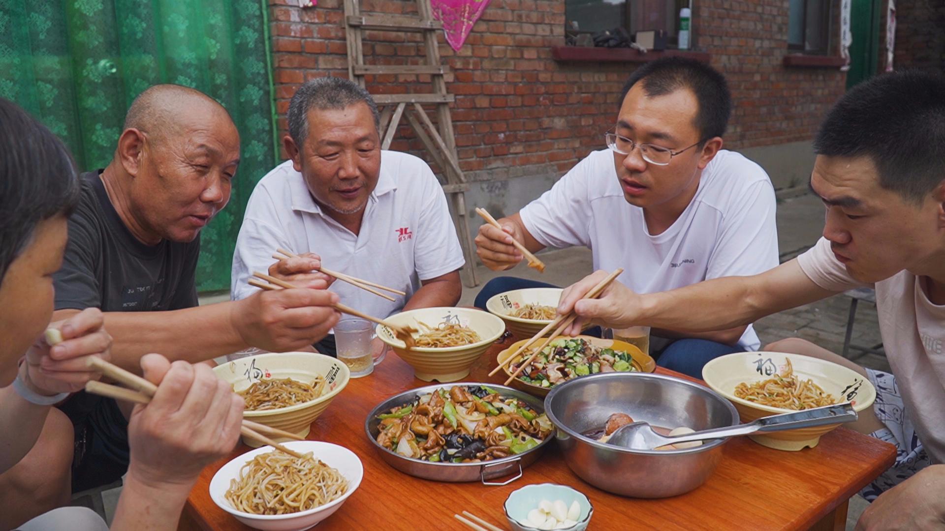 阿远炒溜肥肠,又炒了两锅炒饼,肥肠入味,朋友吃了三大碗才饱