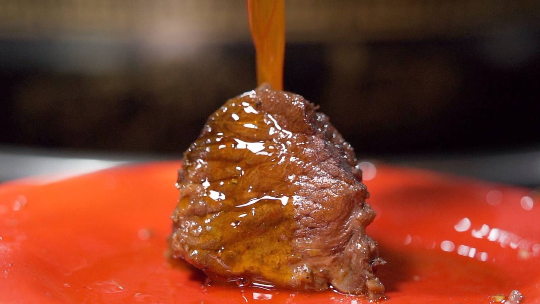 在重庆吃耙牛肉,路人大哥骄傲表示:我是耙耳朵!【盗月社】
