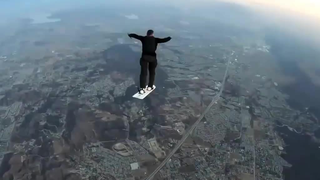 极限运动之高空滑板,从直升机跳下,极其考验心理素质和平衡感……