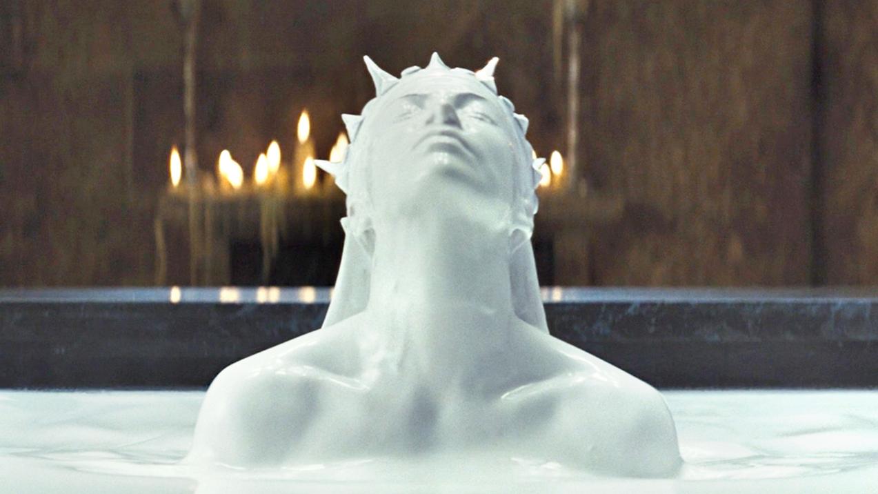 女王为了长生不老,每天用牛奶洗澡,还抓美丽少女吸食精气!速看奇幻电影《白雪公主与猎人》