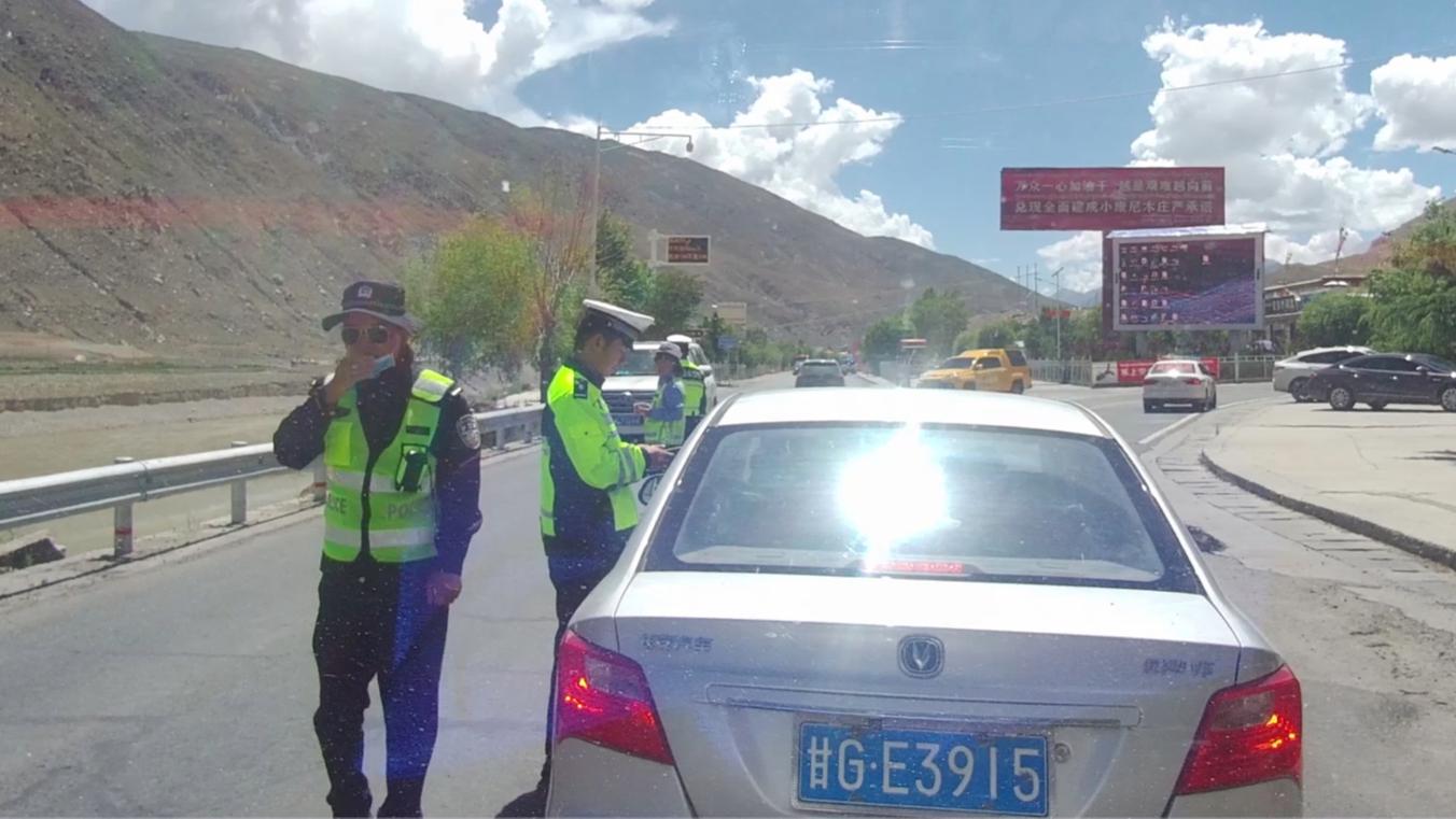 面包车自驾西藏边境被交警拦下,警察一张口,小伙感动坏了