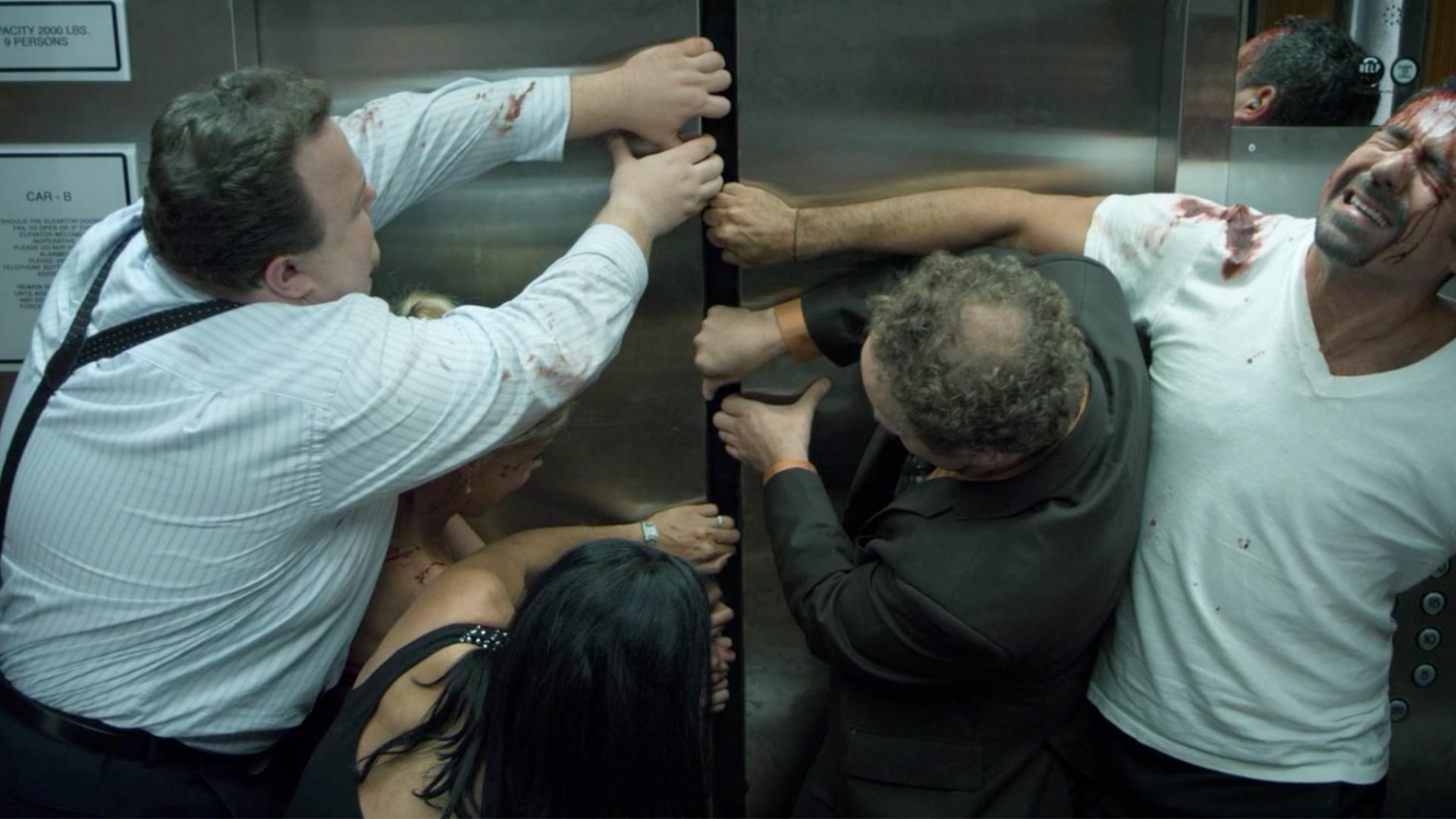 9人被困电梯,一名大妈突然死亡,等发现大妈异样后大家只想逃