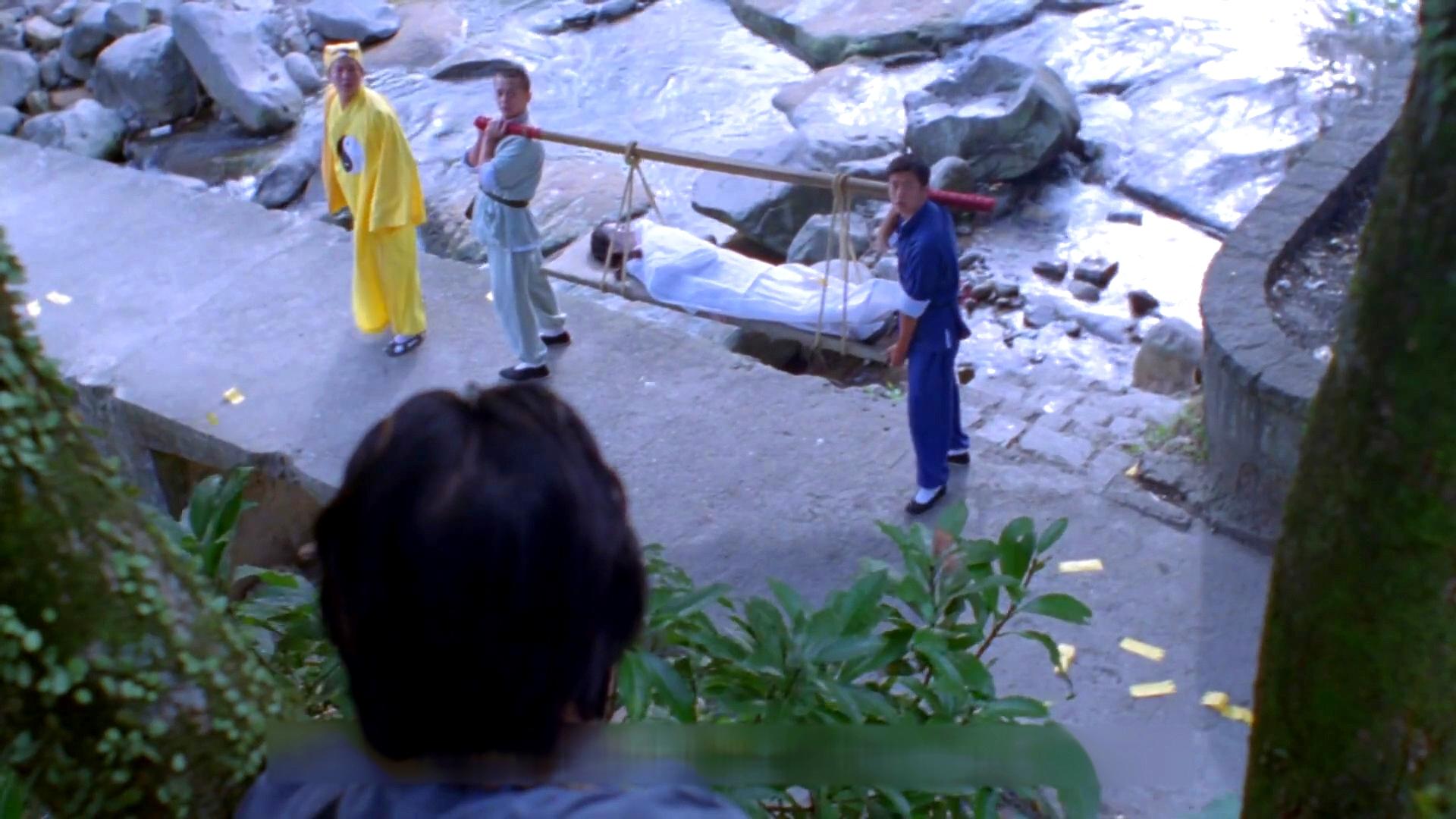 道长看到女尸要过河,警告众人别让她下水,结果没人听惹出大祸