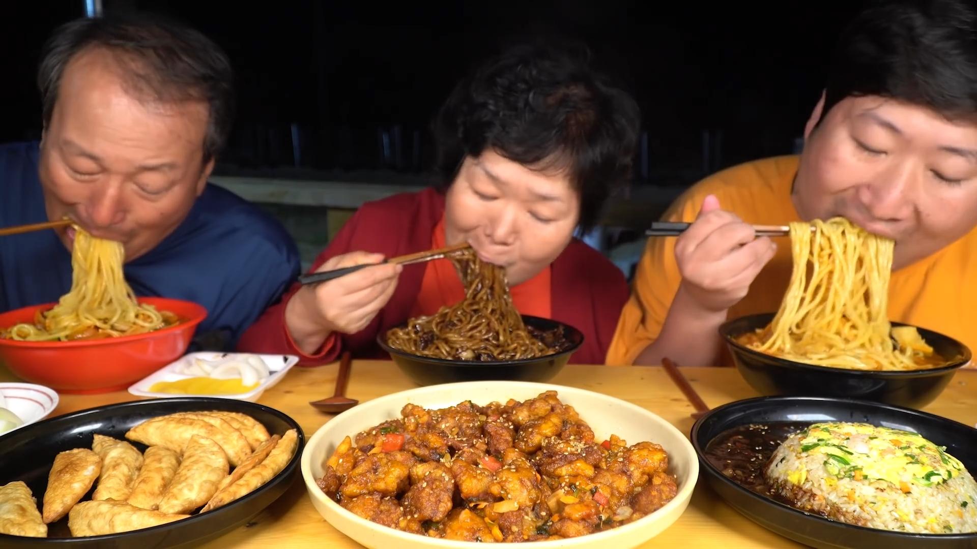 下雨天吃中华料理,大碗海鲜面和炸酱面,配上炒饭炸鸡超好吃!