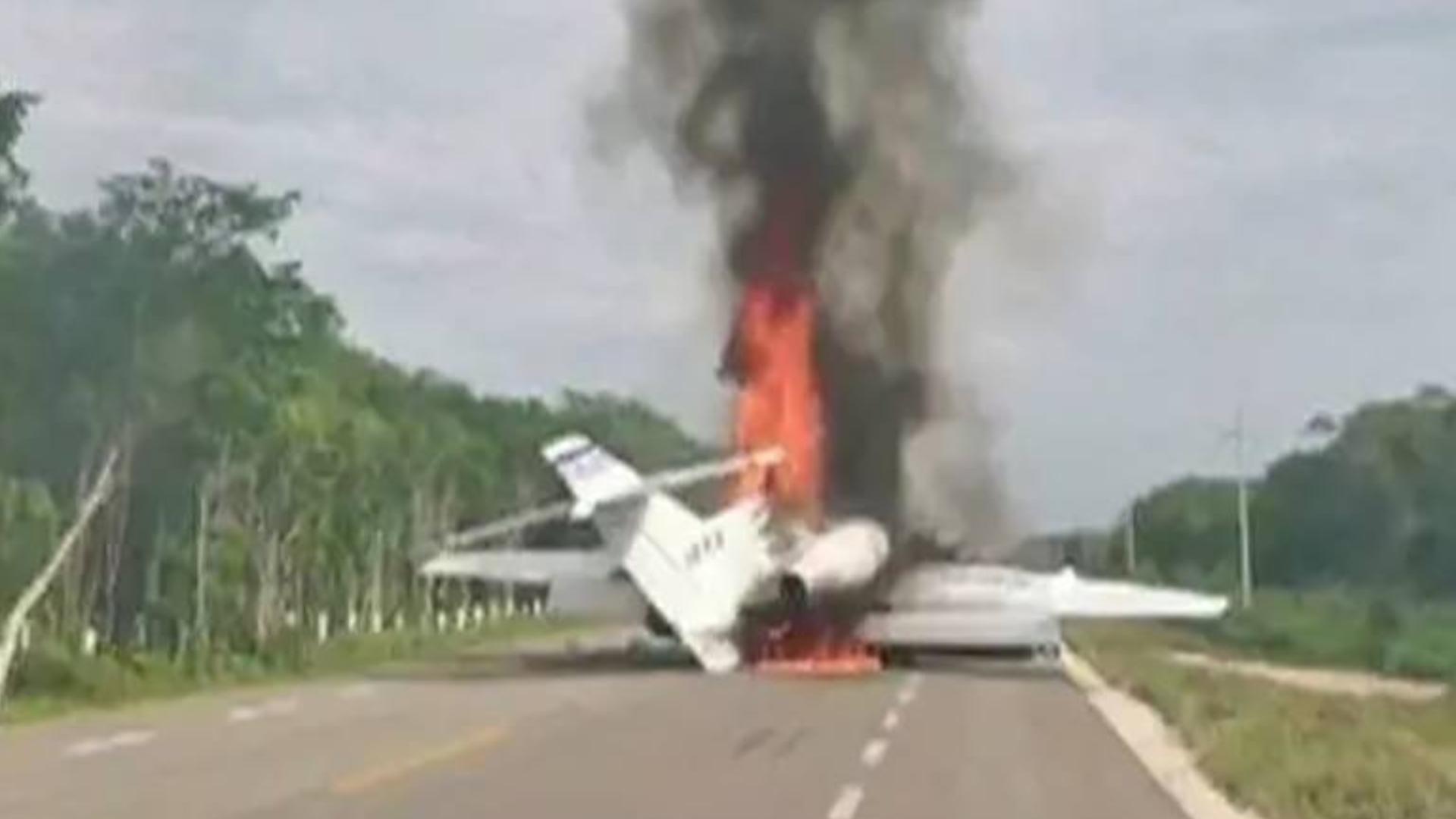 墨西哥运毒机遭军方拦截,毒犯点燃飞机逃离,数百斤毒品被烧毁