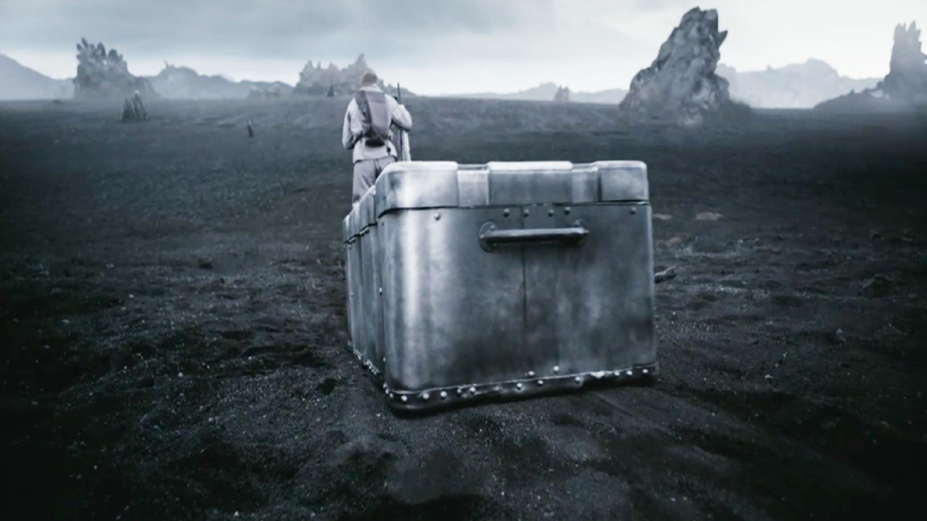 男子被流放到钛星,为了防止怪兽袭击,只能拖着铁箱生活