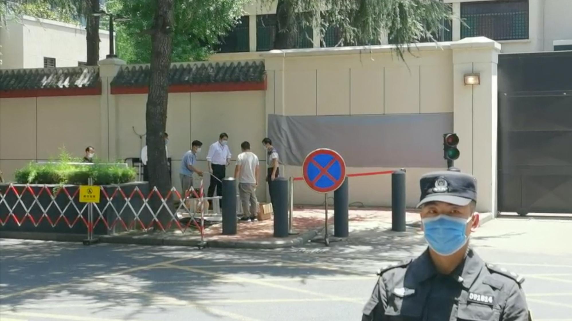 中国施工队进场,准备拆除原美领馆外墙标识
