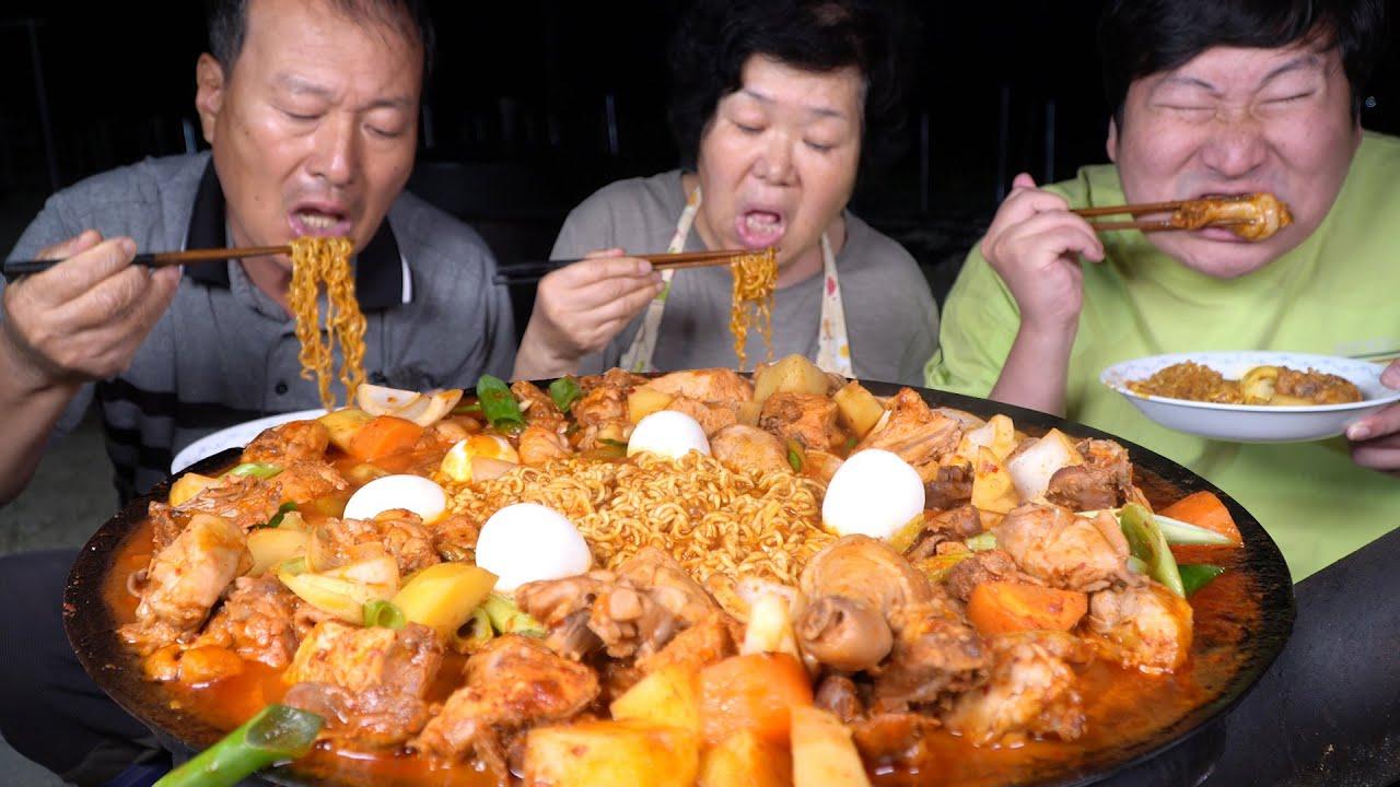 在辣炒鸡汤里放入大葱和泡面,再配上鸡蛋,满满一大盘美味极了!