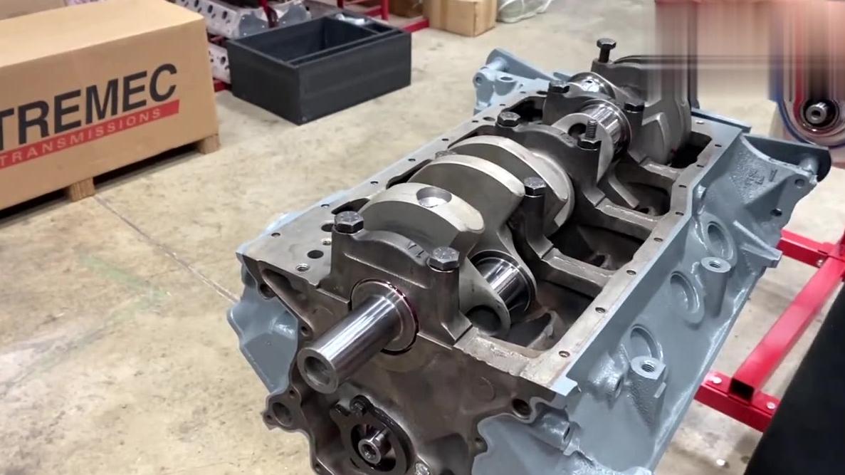 组装测试福特V8发动机,450匹强劲马力,声浪挺带劲