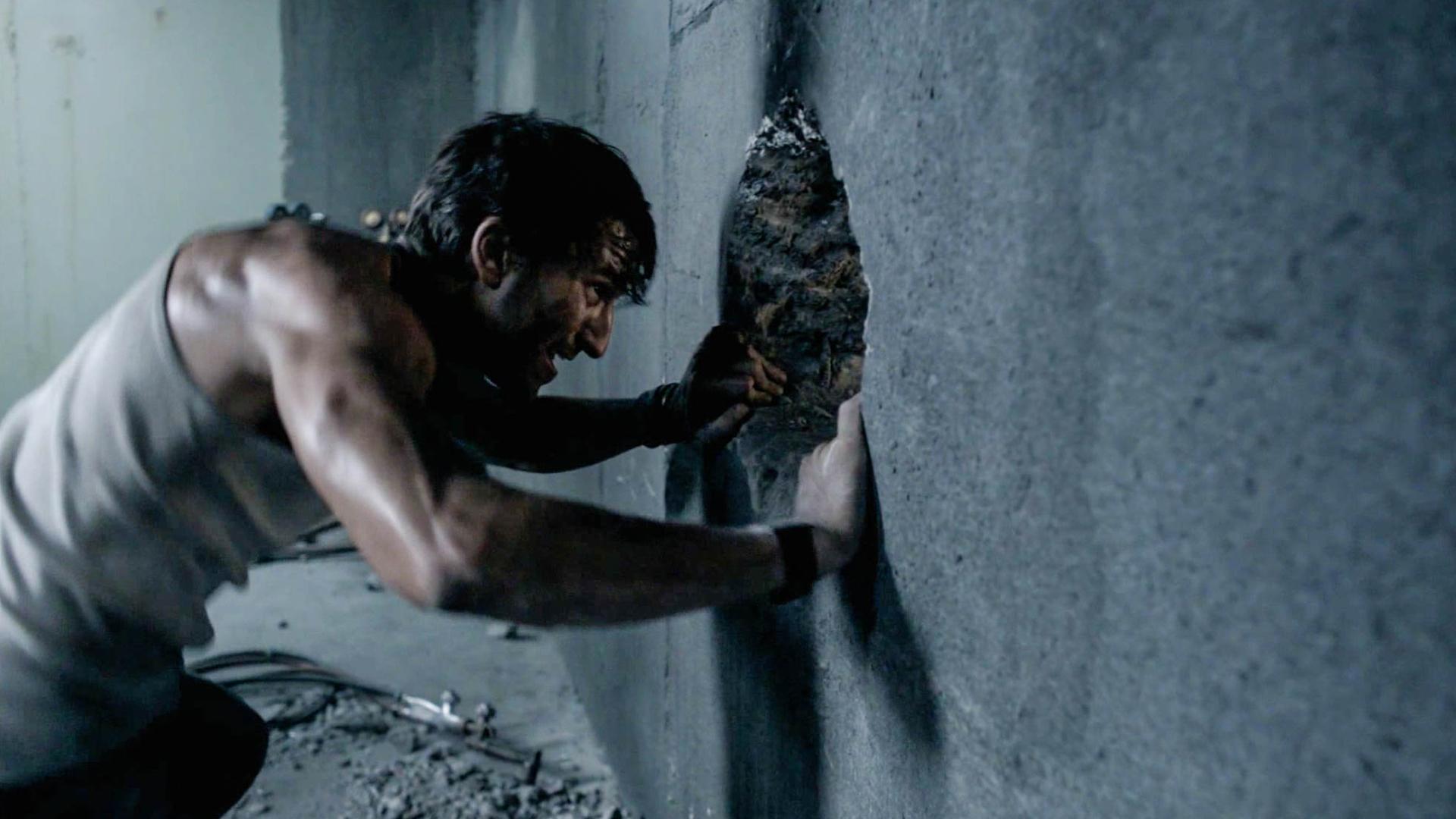 男子被困密室很绝望,好不容易凿穿墙壁,可另外一边让人更绝望