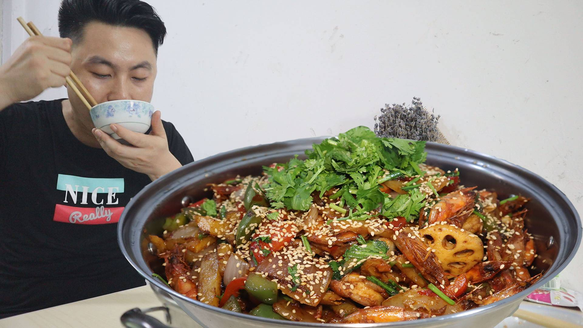 很久没吃干锅了,今天来做干锅虾,两斤虾加菜弄了一大锅,吃爽了