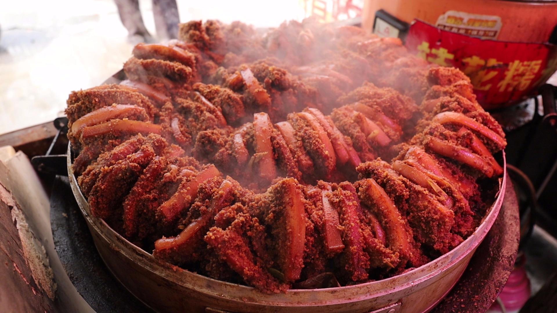 徐州大姐卖蒸肉,8两五花装一碗,20一份量真大,基本全是老顾客