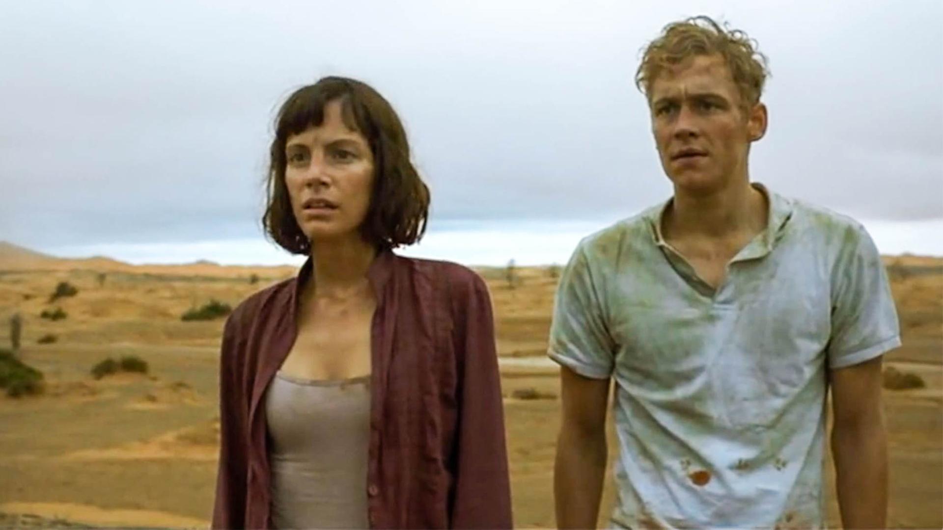 情侣被困荒漠,爬上沙丘寻找出路,却看到了毛骨悚然的一幕