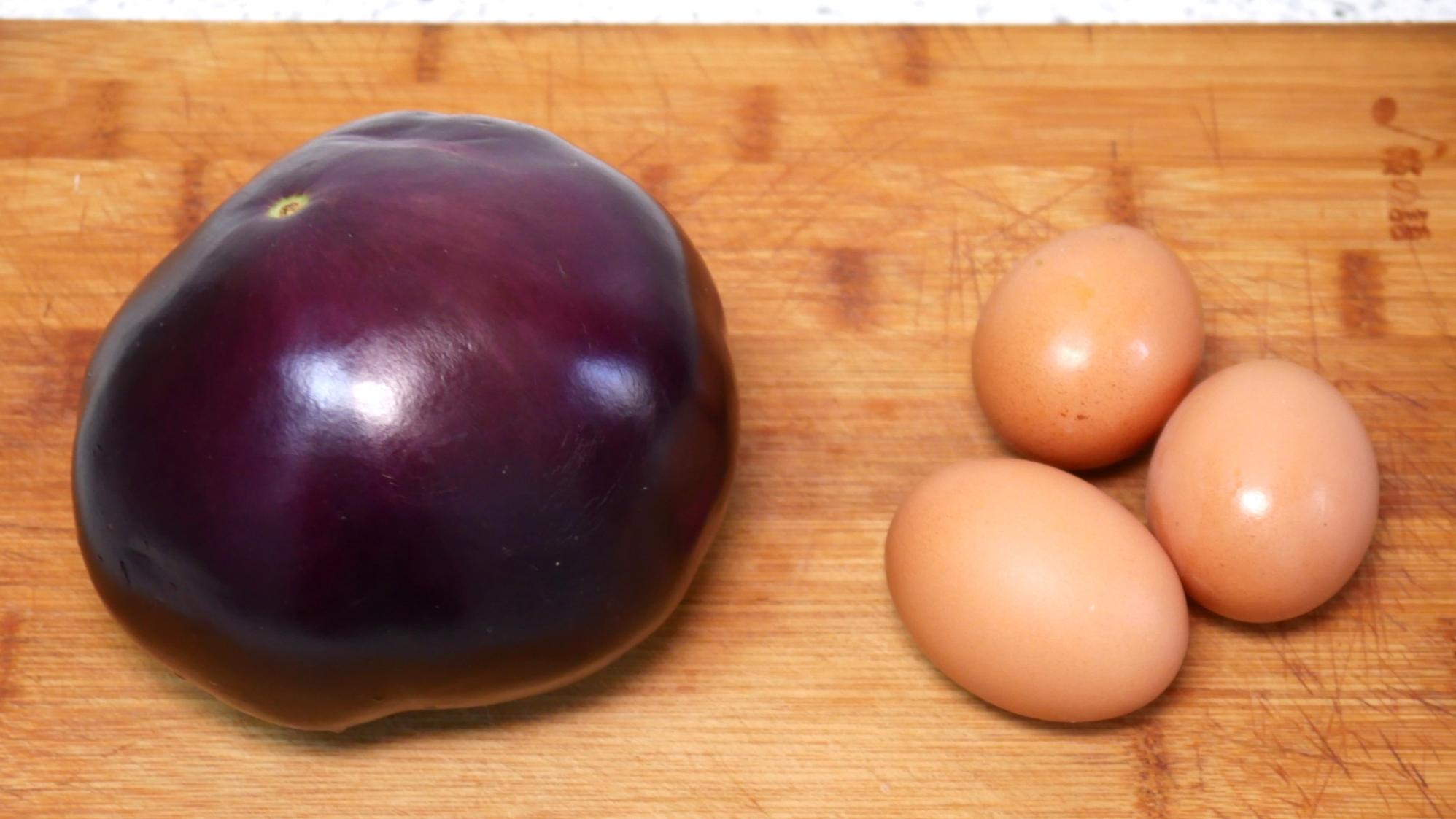 1颗茄子,3颗鸡蛋,简单一做,没想到还能这么好吃,连吃十天不腻