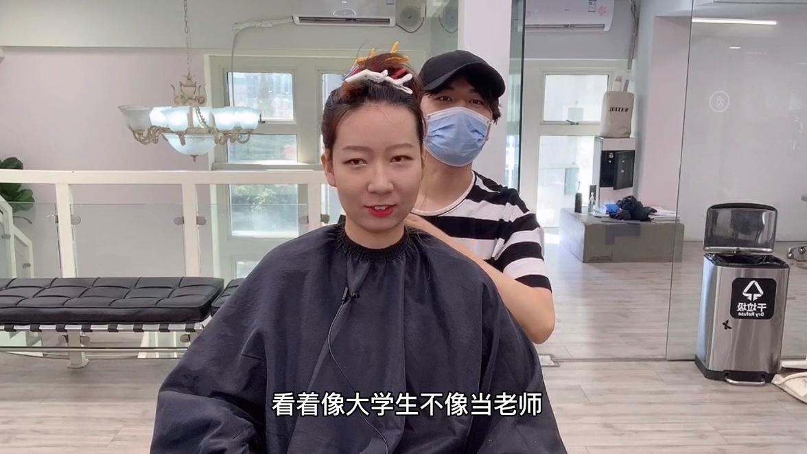班主任发型竟被学生吐槽,想显小一定要遮发际线,瞬间变温柔少女