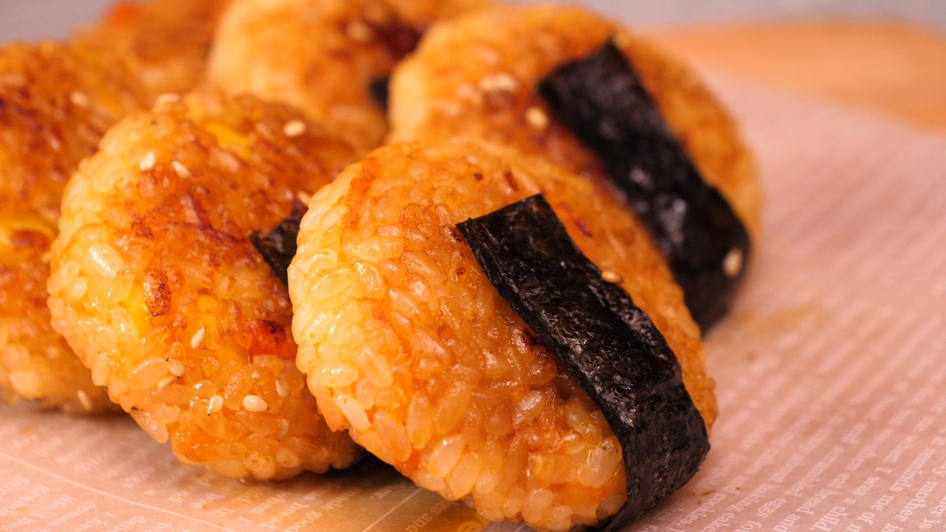 吃不完的米饭别倒掉,捏一捏,放锅里煎一煎,就能做出美味的米饼