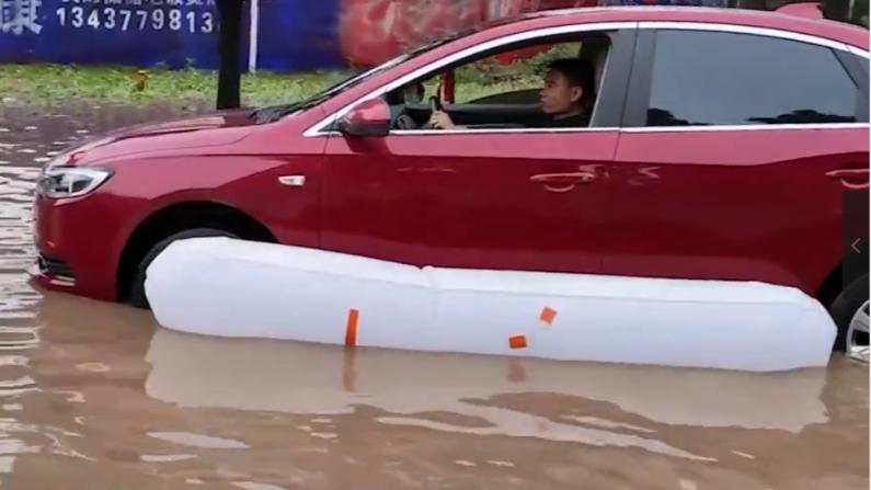小伙发明汽车防淹神器,一涨汽车就变船,让车变轻单手就能推车