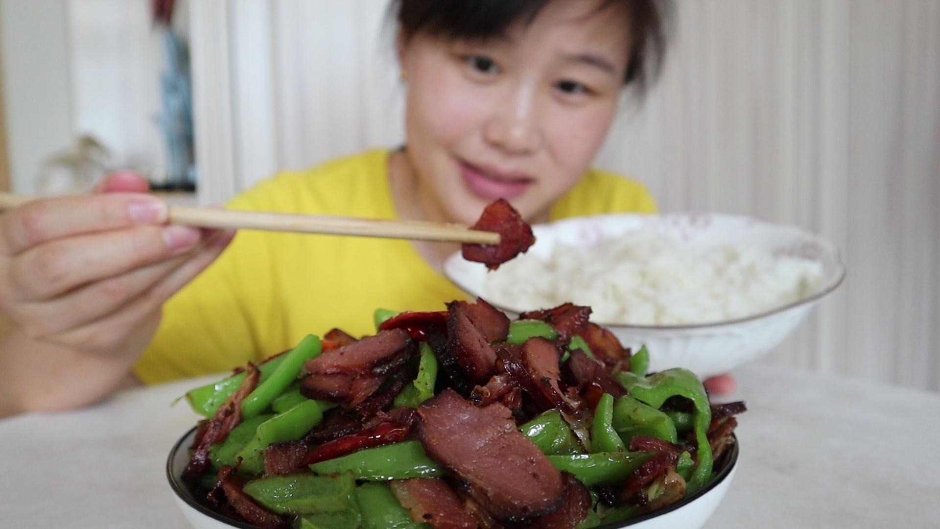网购了1斤腊肉,和5个辣椒一起炒,盐都不放就吃了两碗米饭,过瘾