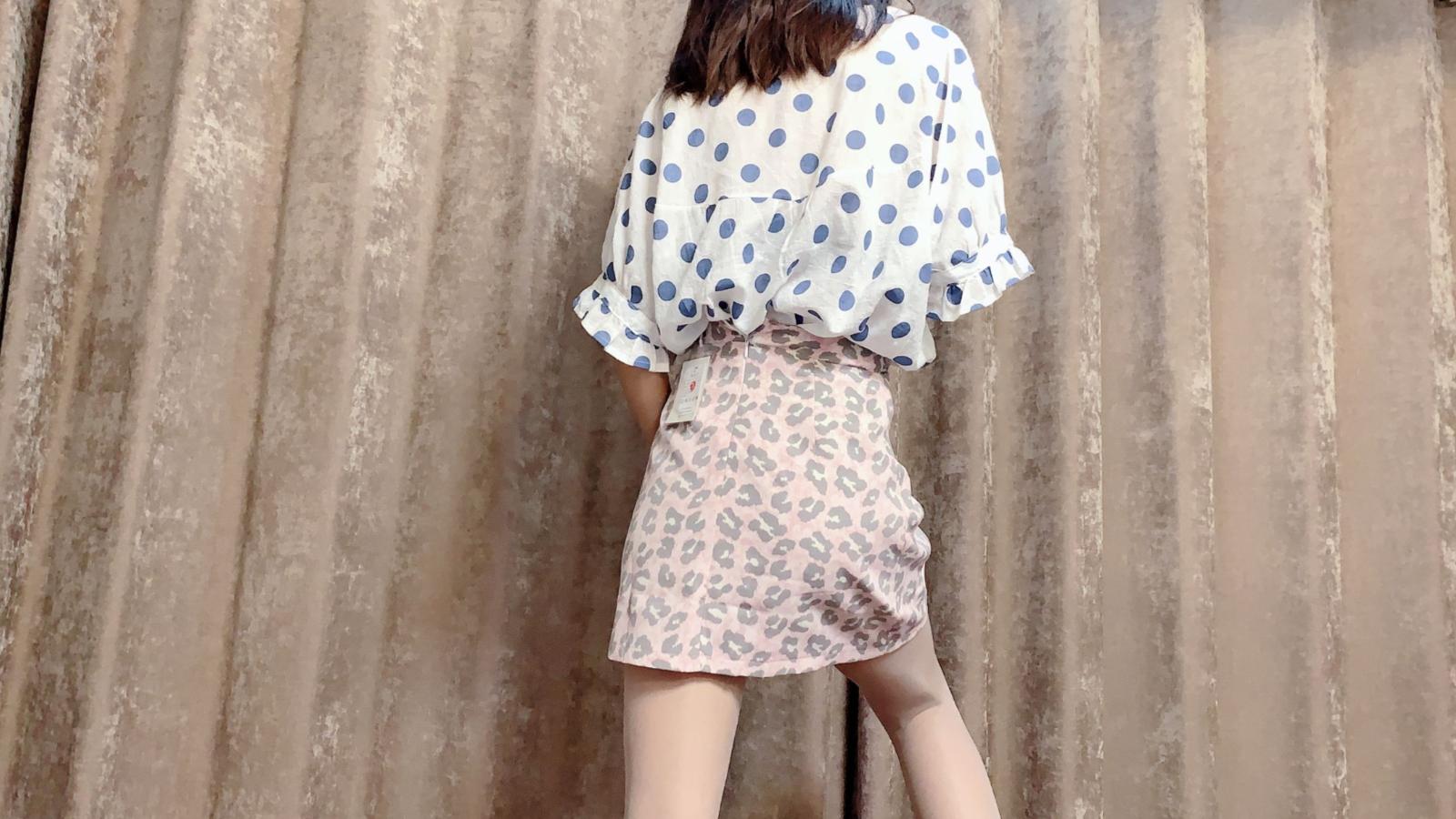 穿上豹纹短裙,配上丝袜和8厘米高的细高跟鞋,非常漂亮和好看
