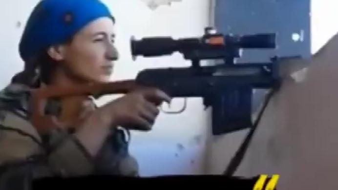 女狙击手开枪差点被爆头