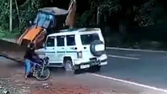一铲车差点把我铲飞