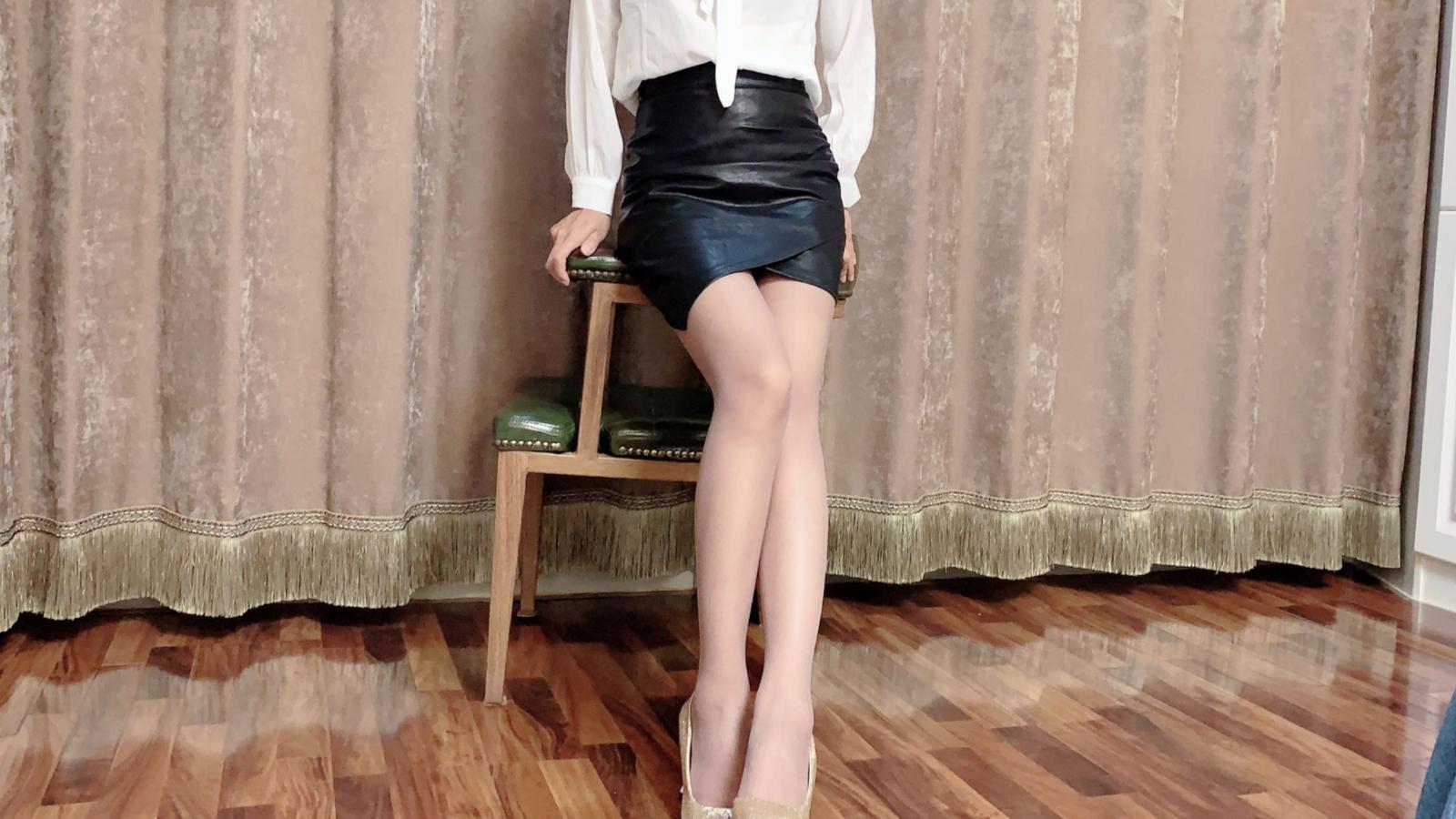 试穿咖啡色超薄丝袜,配上高跟鞋和黑皮裙,同时显得腿更加修长