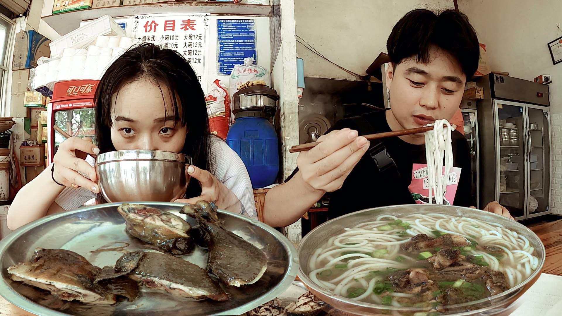 丽江特色土鸡米线,汤浓肉香一碗才10元,12元的卤鸡腿超香