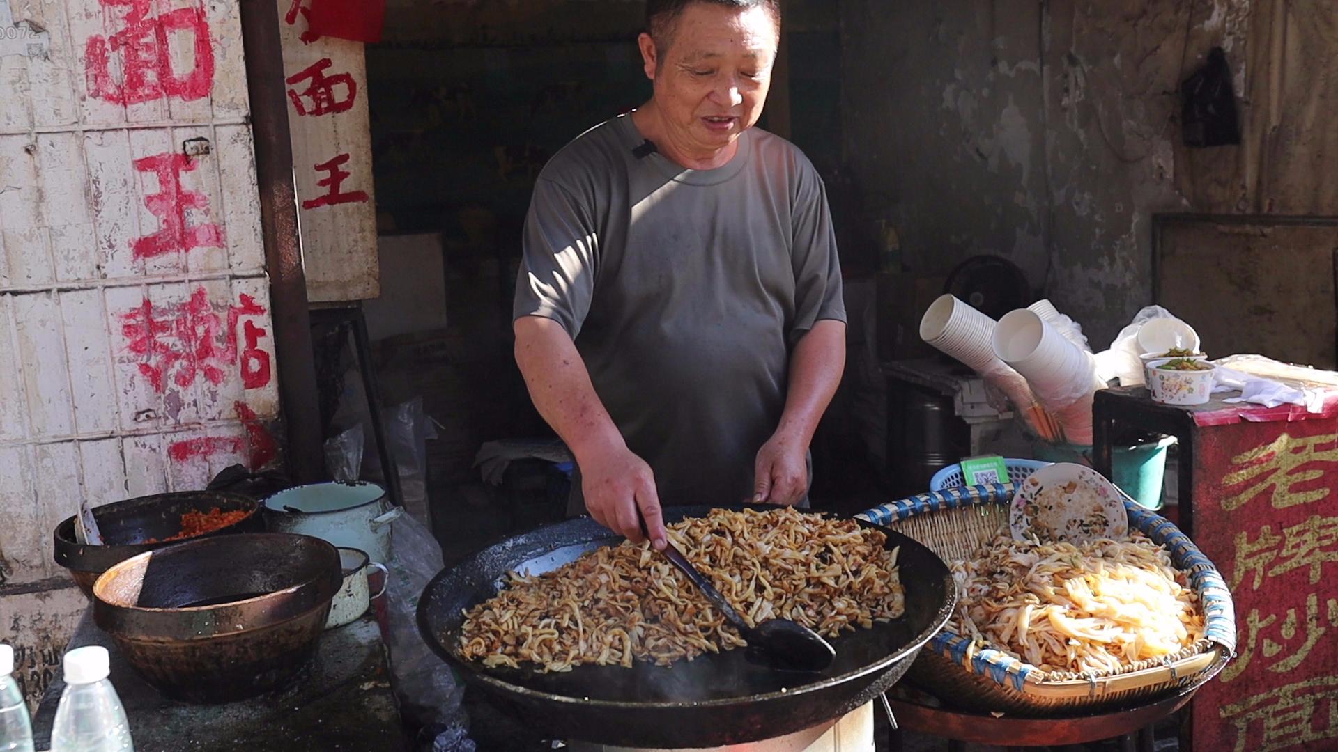 """大叔卖炒面28年不挪地,两年磨掉一把铁铲,顾客戏称""""炒面王"""""""