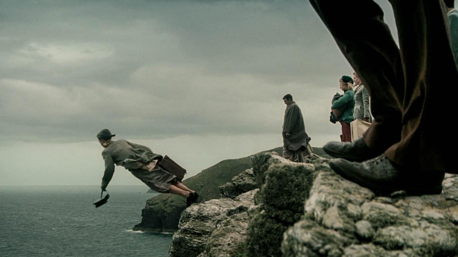 女子从悬崖跳下,来到传说中的异界,但那边的一切让人感到恐惧