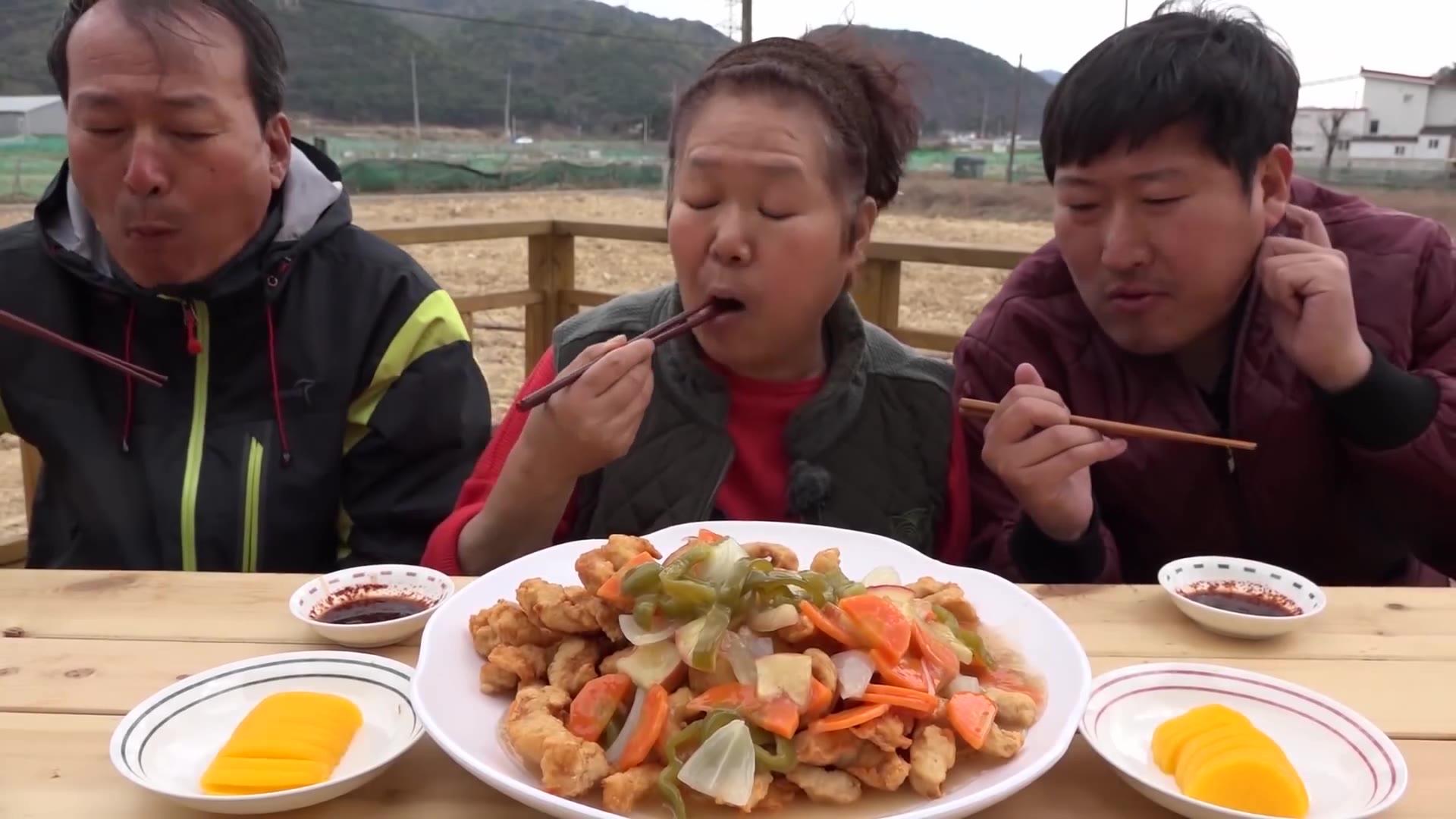 妈妈独门的蔬菜锅包肉制作方法,淋上一层灵魂酱汁,好吃爆了!