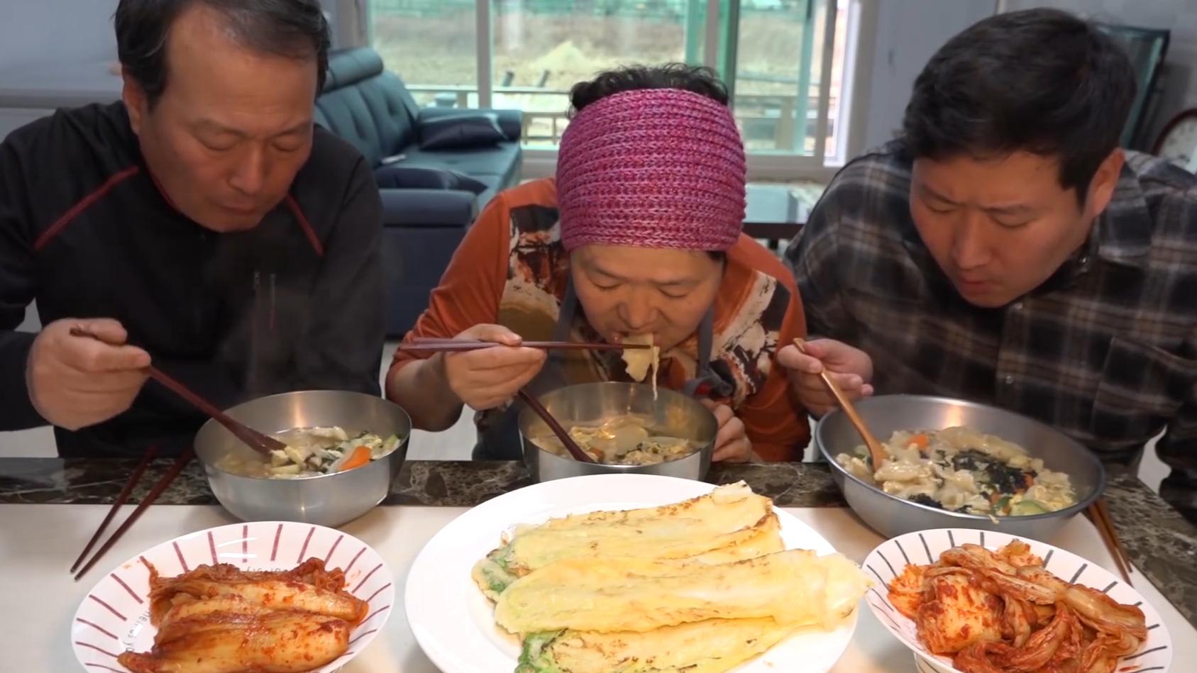 下雨天吃白菜煎饼和手拉面汤,虽然吃的很简单但妈妈做的最好吃!
