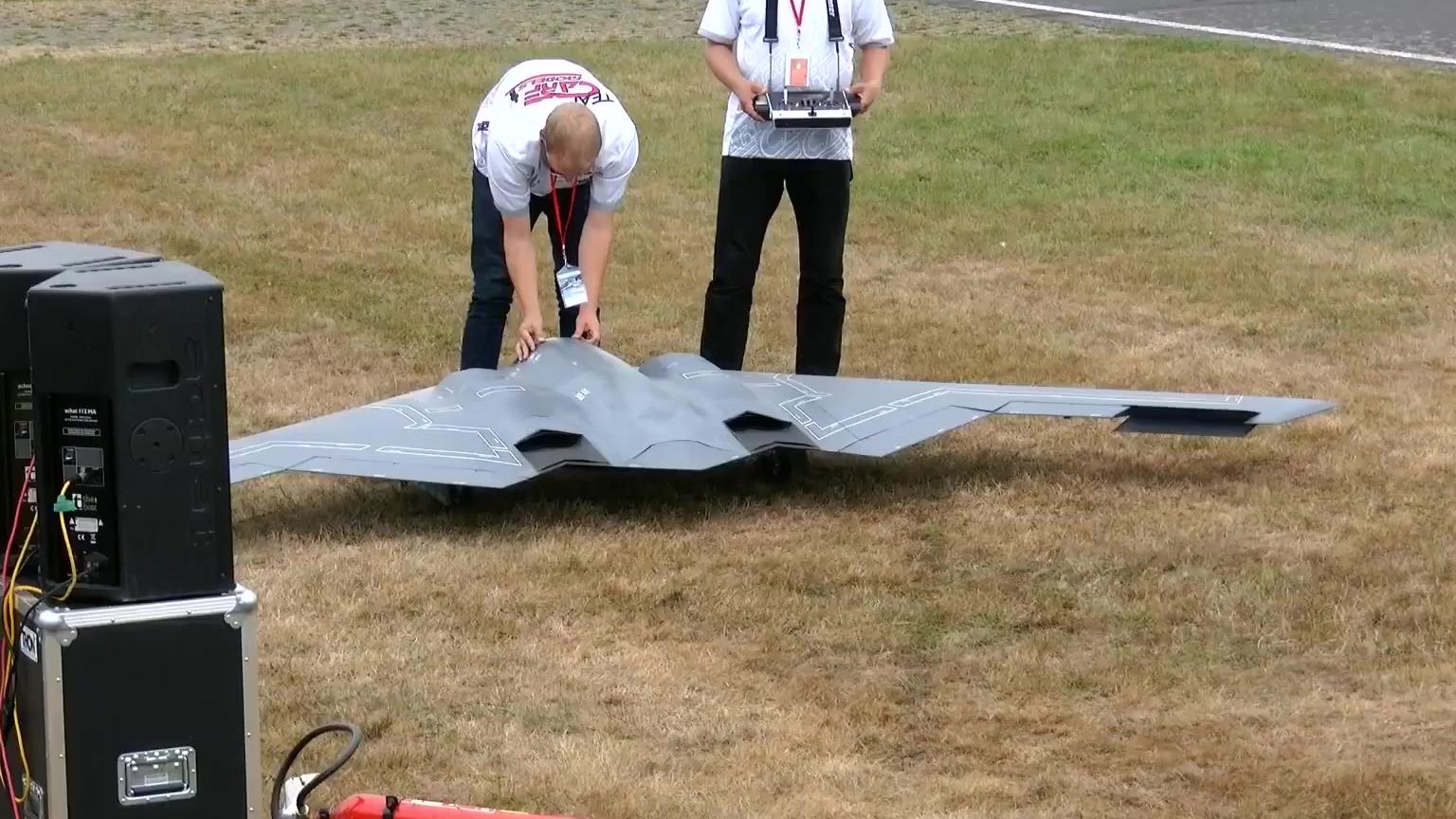 使用涡喷发动机的大比例B-2轰炸机遥控模型,有意思