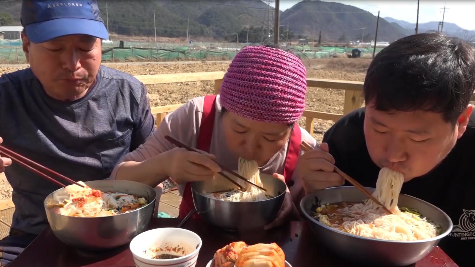 一起和妈妈制作正宗的韩国婚礼面吧~凉水冲过的面条更有弹性哦!